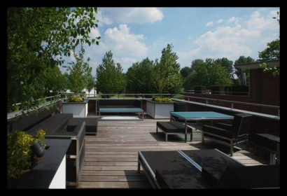 parkwoning-craeyenburch-nootdorp-buitenkant-exterieur-villapark-gemeenschappelijk-park-trap-bovenverdieping-trapgat-overloop-balkon-dakterras-tuinmeubelen-design