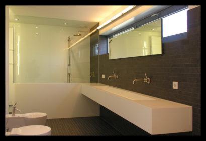parkwoning-craeyenburch-nootdorp-buitenkant-exterieur-villapark-gemeenschappelijk-park-trap-bovenverdieping-doorgang-badkamer-op-maat-gemaakt-wasbak-spiegel-verlichting-tegels