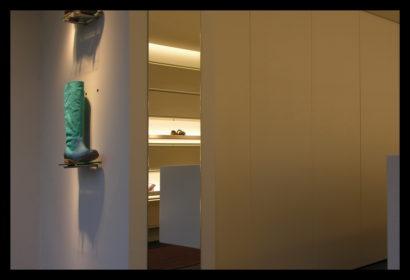 damesschoenen-exclusief-schoenenwinkel-vitrines-presentaties-schoenen-damesschoenen-lichtlijnen-spiegel