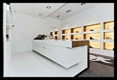 exclusief-schoenenwinkel-damesschoenen-herenschoenen-accesoires-tassen-vitrines-op-maat-gemaakt-leren-bankje-tegels-vloerbedekking-balie