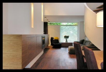 chaletwoning-woonkamer-eettafel-kasten-doorkijk