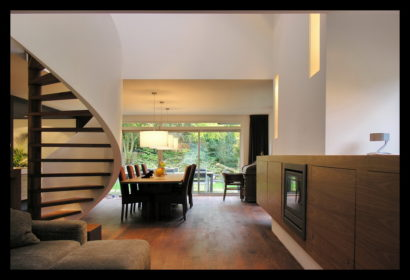 chaletwoning-woonkamer-spiltrap-eettafel-kasten-doorkijk