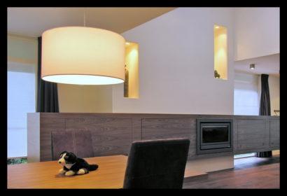 chaletwoning-woonkamer-tafel-lampen-kasten-op-maat-gemaakt