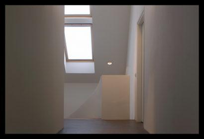 chaletwoning-bovenverdieping-veluxramen-inbouwspots-trap