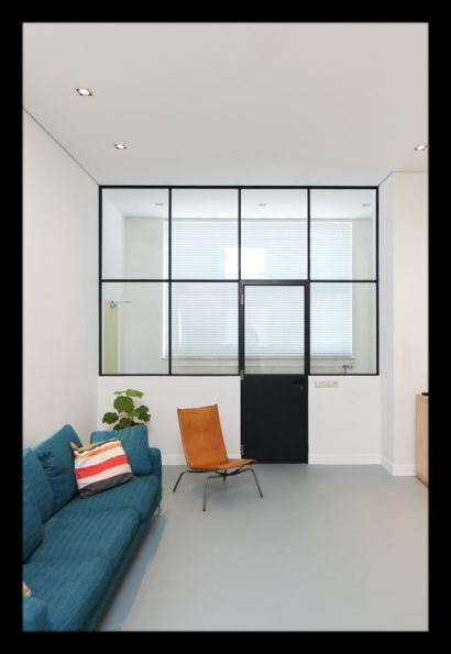 woonkamer-ramen-deur-bank-interieurarchitect-interieuradvies-binnenhuisarchitect-atelierwoning-omgeving-Breda-